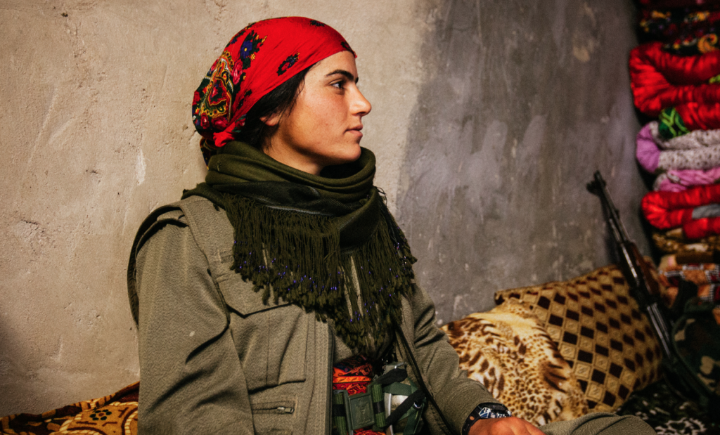 Une jeune photographe s'est immiscée dans l'intimité des combattantes yézidies en irak